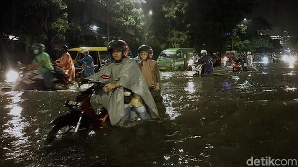Cerita Biker Ngebet Pulang Nekat Terobos Banjir Berakhir Mogok
