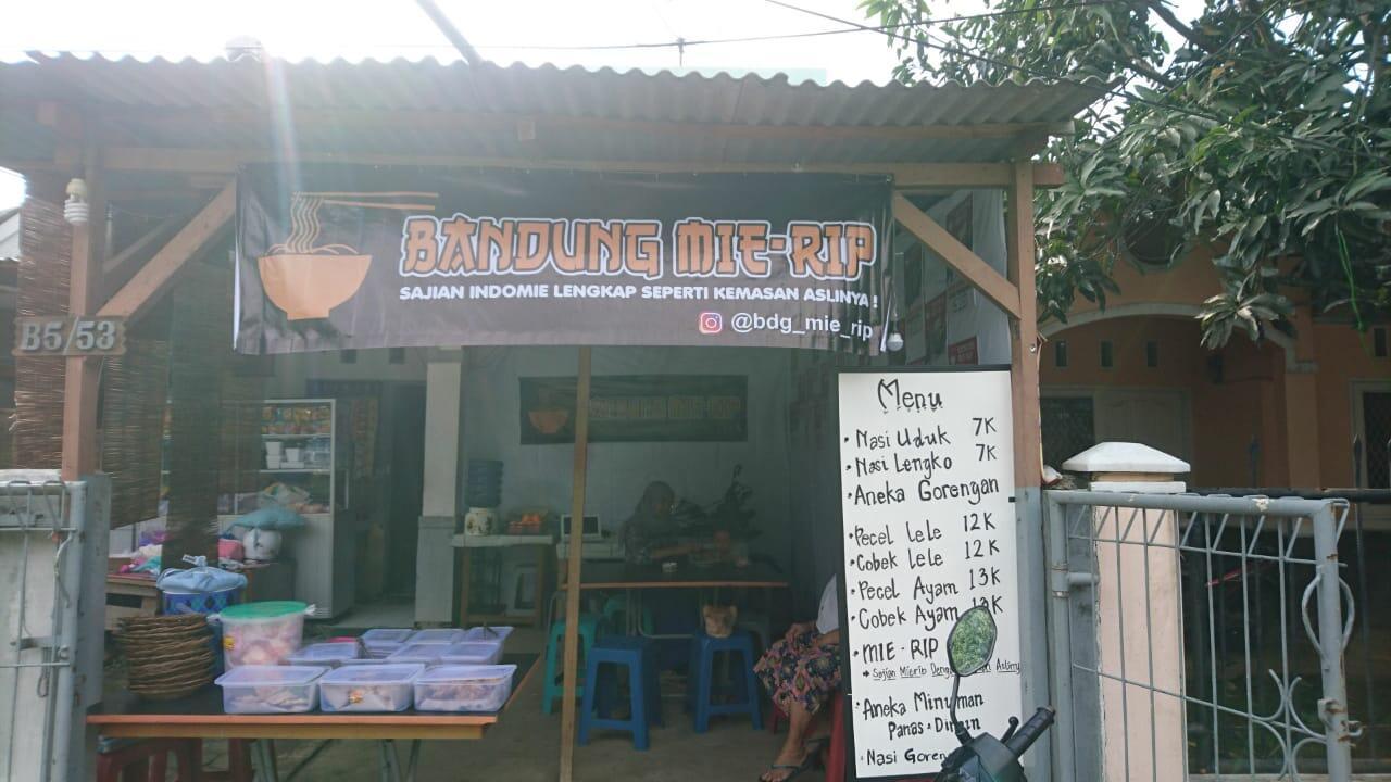 Bandung MieRip (Jatinangor), menyajikan indomie sesuai dengan kemasannya