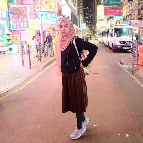 10 Inspirasi Hijab Street Style ala Poppy Bunga, Tampil Elegan
