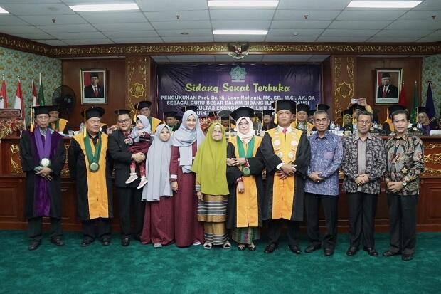 Raih Gelar Profesor, Leny Nofianti Cetak Hattrick di UIN Suska, Riau