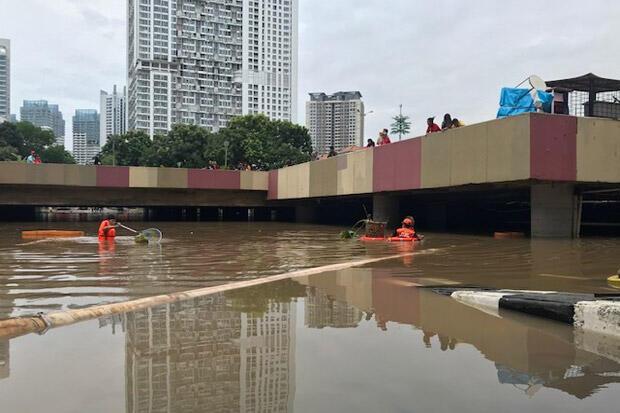 Petugas Berjibaku Atasi Banjir yang Kembali Tutup Underpass Kemayoran