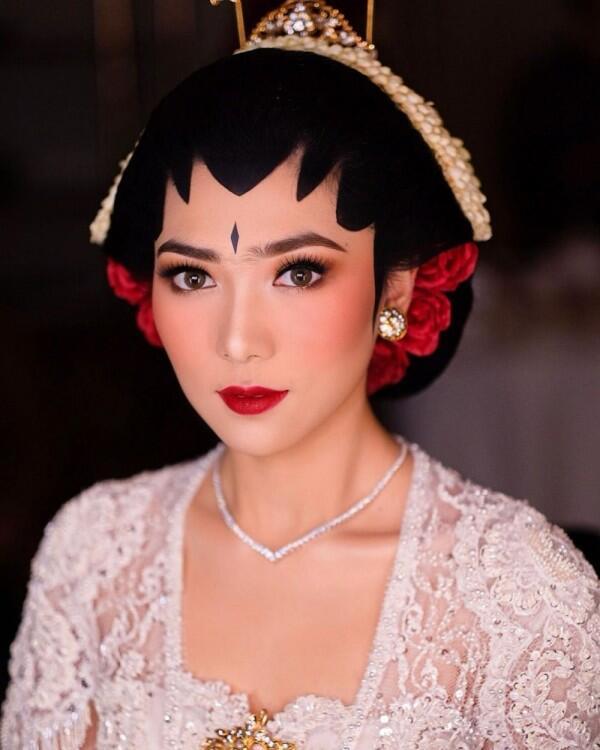 9 Style dan Makeup Akad Nikah Isyana Sarasvati, Pakai Adat Jogja Putri
