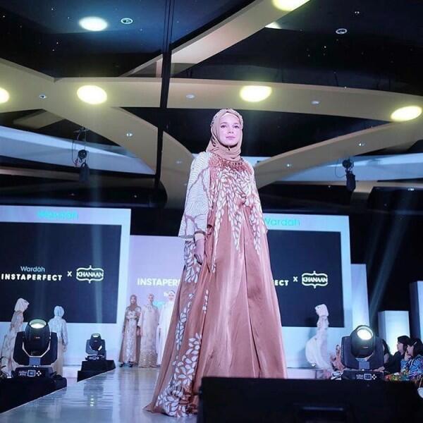 Modis & Berkelas, 10 Inspirasi Gamis Syar'i ala Sandra Dewi