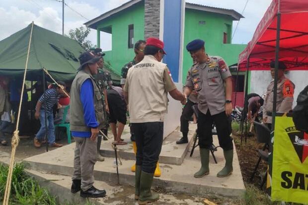 Brimob Polda Banten Surutkan Banjir Dengan Pompa