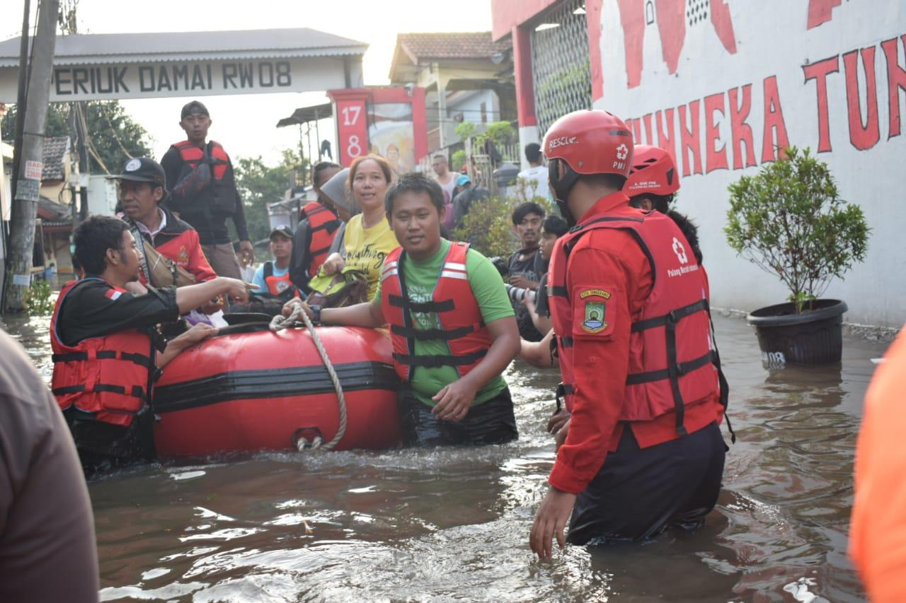 Tanggul Jebol di Periuk Damai, PMI Kota Tangerang Bantu Evakuasi Masyarakat