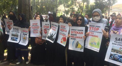 Massa Berjilbab Hitam Demo Tolak Parade Budaya Lintas Agama di Bandung