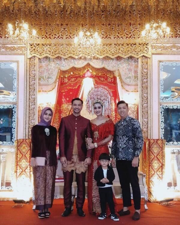 Gaya Makeup & Gaun Pernikahan Intan Aletrino, Adat Minangnya Kental!