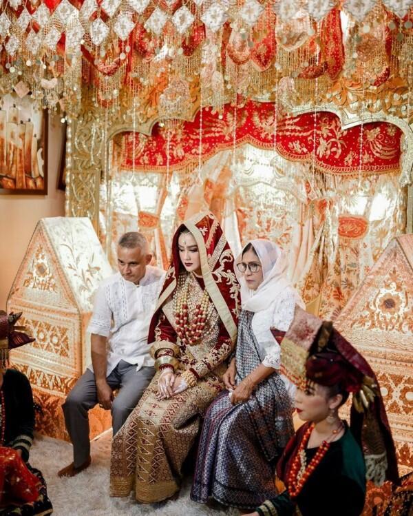 9 Dekorasi Pernikahan Intan Aletrino, dari Malam Bainai hingga Resepsi
