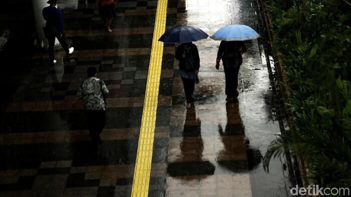 Hujan Disertai Petir Diprediksi Terjadi di Jaksel-Jaktim Siang Nanti