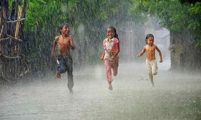 Sinyal HP Suka Lemot Saat Hujan, Mengapa? Ini Dia Alasan nya