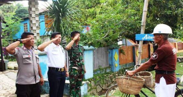 Tiba-tiba Pria Berseragam Polisi, TNI dan Security Hormat ke Penjual Ikan