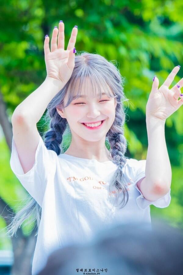 10 Potret Senyum Manis Khas Baek Jiheon Fromis 9, Bikin Terpesona