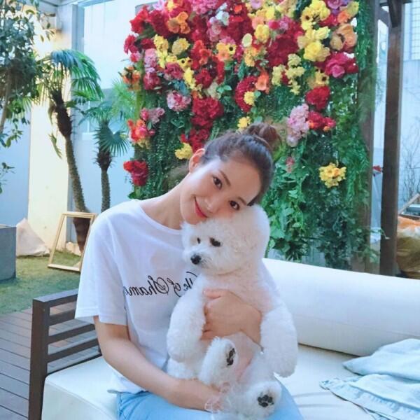 10 Padu Padan Outfit Putih ala Park Min Young, Menawan Banget