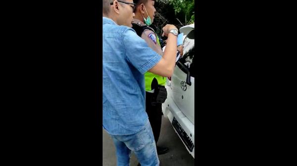 Momen Polisi Diajak Duel Pemobil di Tol Angke: Didorong hingga Dicekik