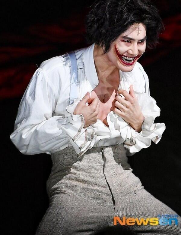 Totalitas, 9 Potret Suho EXO di Drama Musikal The Man Who Laughs 2020
