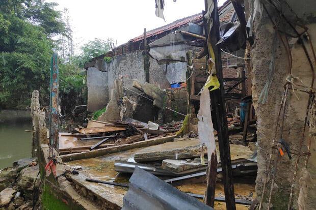 Rumah Roboh Diterjang Banjir, Warga Cipinang Melayu Menanti Bantuan