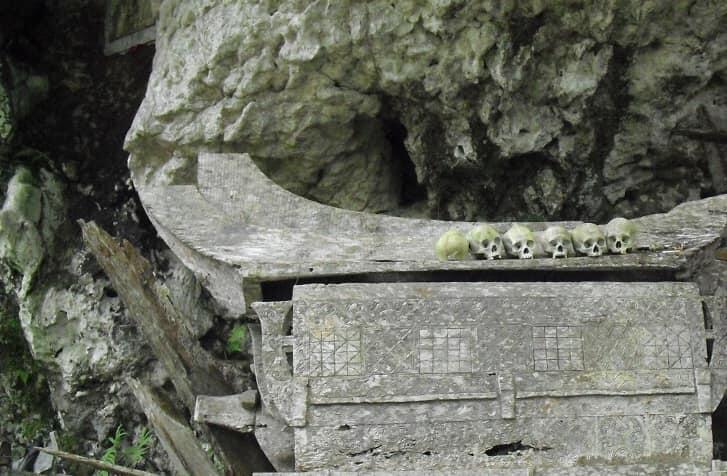 Ke Toraja, Berjalan di Samping Tengkorak yang Terserak