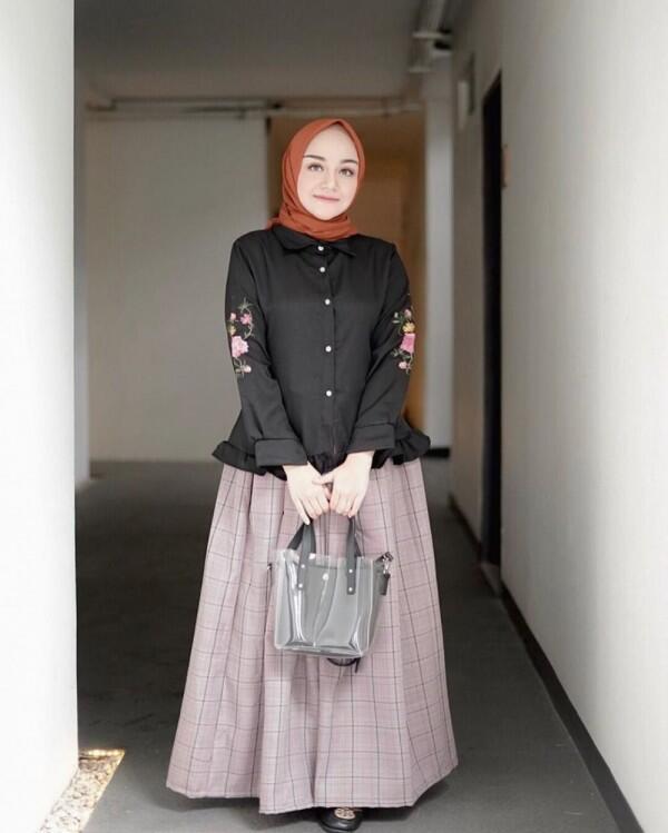 10 Inspirasi Plaid Outfit untuk Hijabers ala Antik Arifani, Playful!