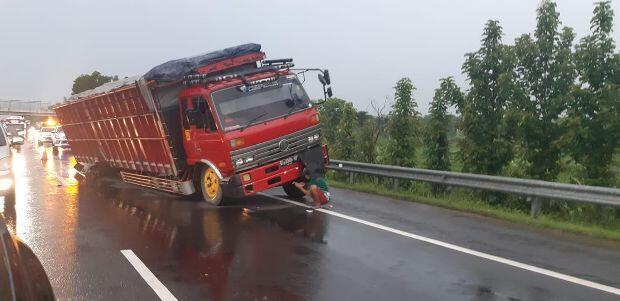 Truk ODOL Patah As Sebabkan Kemacetan di Tol Cipali