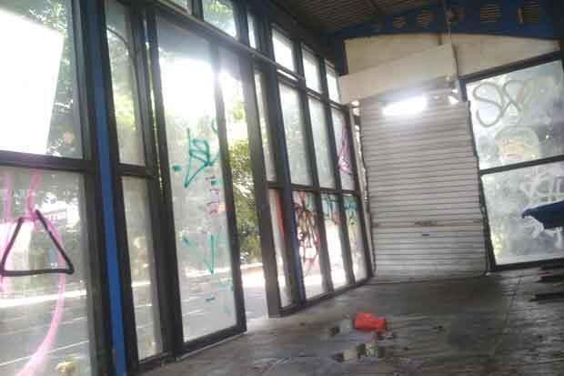 Terancam Bangkrut, Puluhan Shelter Bus Jadi Toilet dan Penginapan PMKS