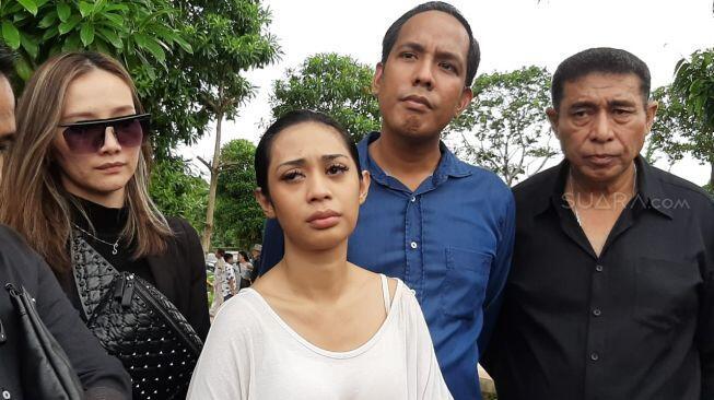 Putrinya Tewas Mengenaskan, Karen Idol Lapor ke Komnas Anak
