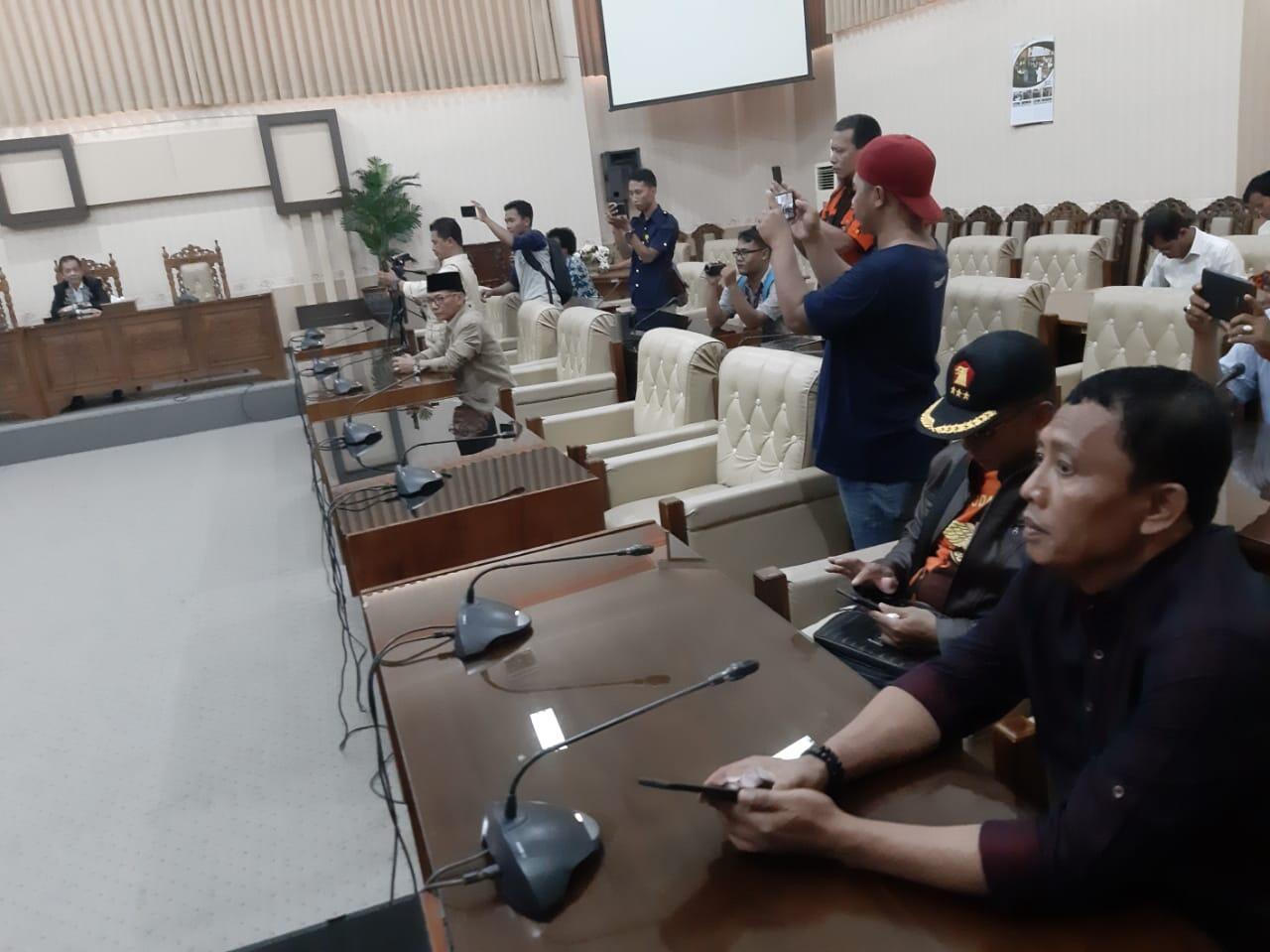 Saat Hearing Demontran Sedikit Memanas Di Gedung DPRD TK II Banyuwangi