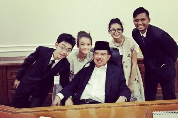 Pak Jusuf Kalla Main Tik Tok Bersama Cucu, Tampil Sederhana Tetap Berwibawa! Mantap