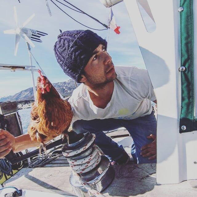 Pria Tampan Ini Memilih Berpetulang Dengan Seekor Ayam Dan Menjadi Viral Di Instagram