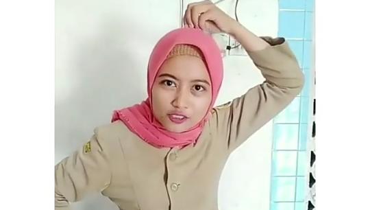 250 Ribu Pasang Mata Warganet Nonton Video Ibu Guru Main Tik Tok, Heboh Bener Ya!
