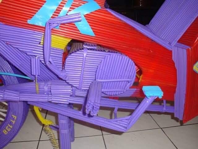 Inspiratif Banget!! Bapak Ini Membuat Kerajinan Tangan Ciamik Dari Sedotan Plastik