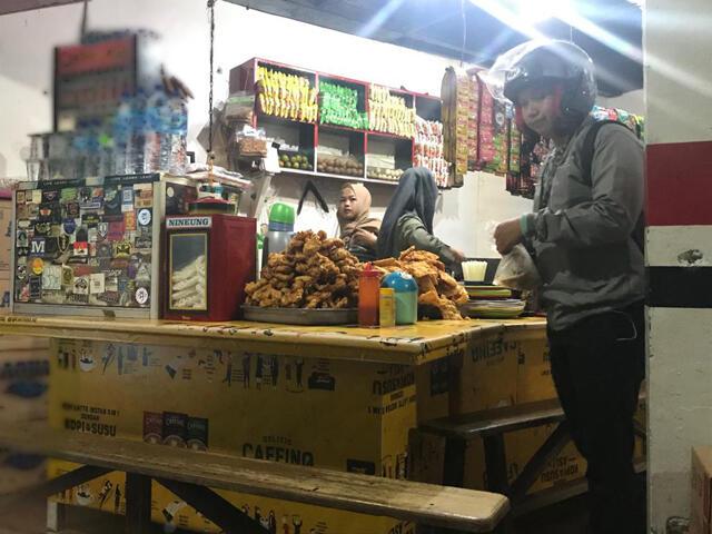Melipir ke 'Kedai Perempatan', Warkop Favorit Anak Kampus di Depok