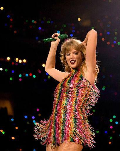 Nyentrik Abis, 11 Inspirasi Outfit Warna-warni ala Taylor Swift!