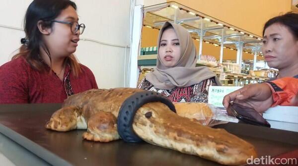 Memproduksi Roti Buaya Berkalung Ban, Pengusaha Roti ini Kebanjiran Pelanggan!