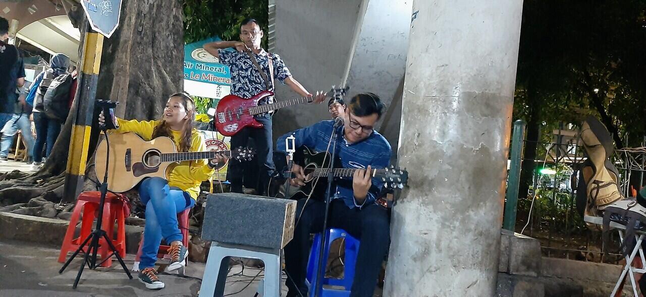Menikmati Jajanan Malam di Stasiun Tebet, Ada Live Musiknya Gan!