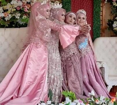 Lagi Viral! Ibu dan 3 Putrinya Resepsi Nikah Bareng. Loh Kok Bisa?