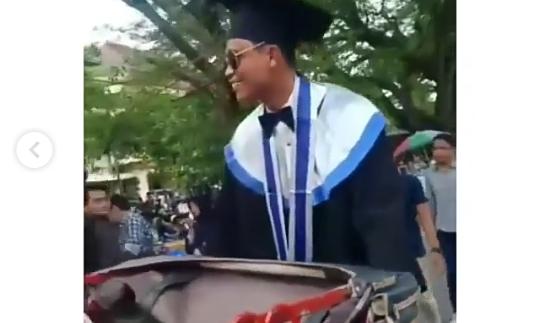 Naik Becak ke Acara Wisuda, Mahasiswa ISI Yogyakarta Viral Sita Perhatian Netizen!