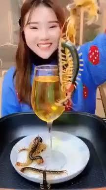 Demi Viral Gadis Cantik Ini Makan Kelabang Raksasa