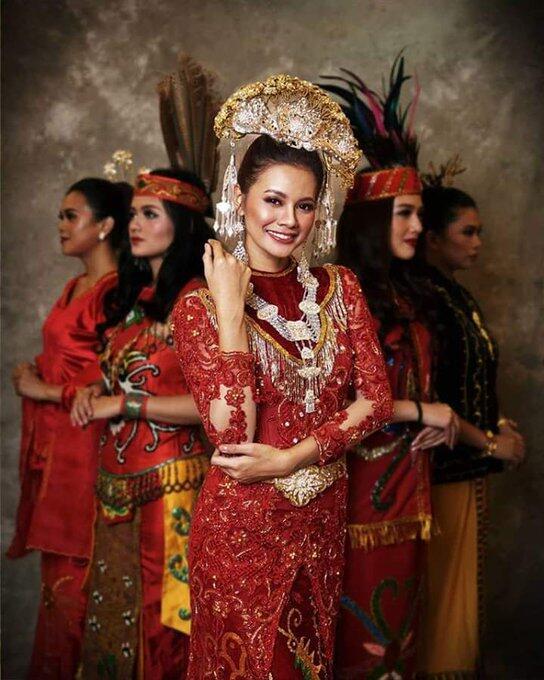16 Foto Putri Indonesia Mengenakan Baju Adat Daerahnya Masing-Masing