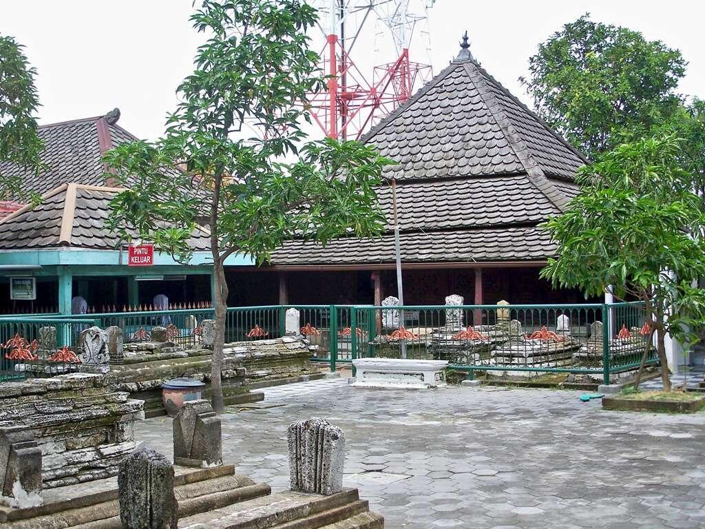 [COC Regional : Lokasi Wisata] Ziarah Ke Makam Sunan Giri