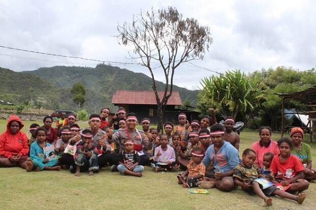 Polisi Pi Ajar Sentuh Anak-anak Kampung Usir Puncak Jaya