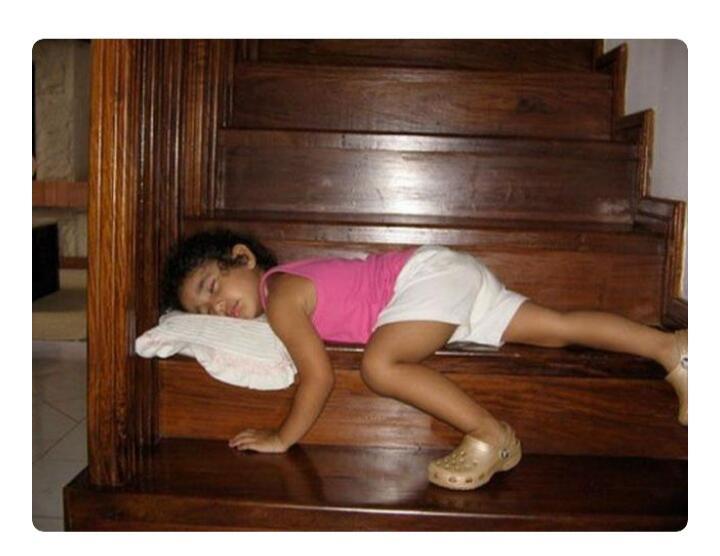 Posisi Tidur Yang Nyeleneh, Bikin Geleng-geleng!