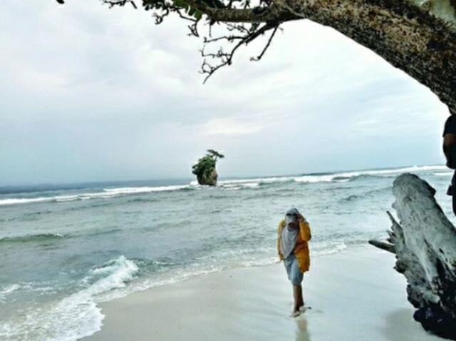 [ COC Regional : Lokasi Wisata ] Menikmati Pesona Pantai Way Hawang Kaur