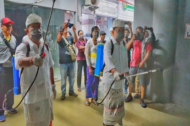 Cegah Corona, Rai Mantra Pimpin Penyemprotan Disinfektan di Pasar Badung