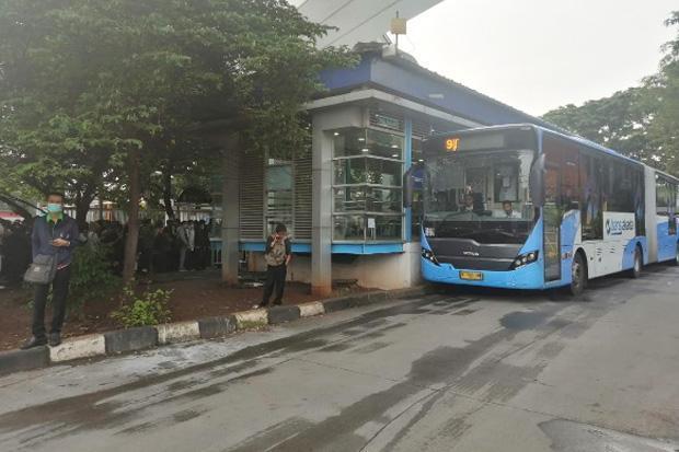 Jam Operasional Dibatasi, Penumpang Transjakarta Menumpuk di Pinang Ranti