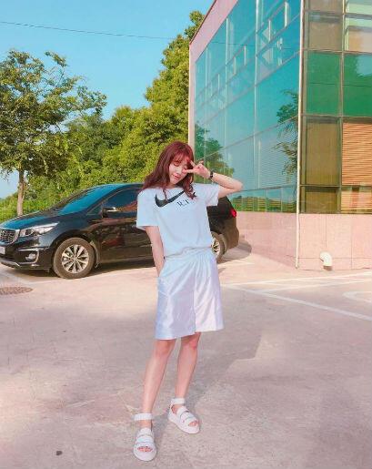 9 OOTD Tomboi & Feminin ala Park Shin Hye, Seru Buat Jalan-Jalan!