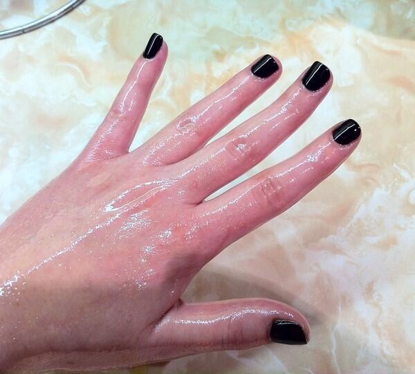 Penggunaan Hand Sanitizer Bikin Kulit Tanganmu Kering? Lakukan Ini Aja, Sis!