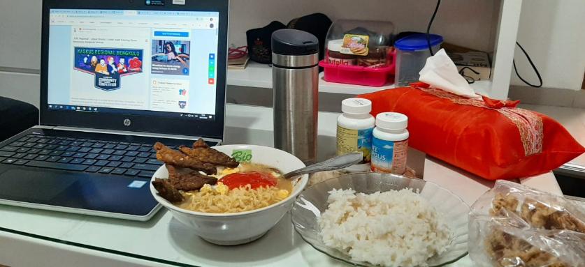 #mumpungdirumah kerja sambil makan mie rebus