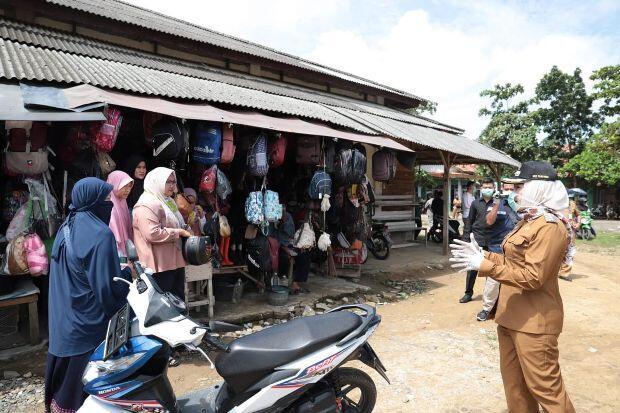 Bupati Tulang Bawang Sosialisasikan Bahaya Covid-19 di Pasar