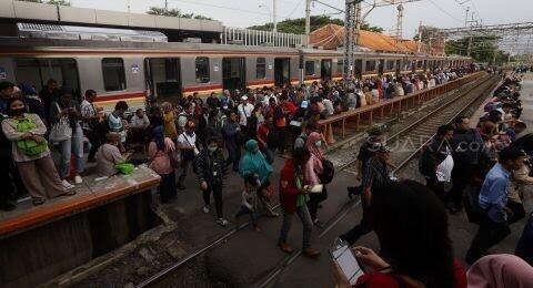 Desak-Desakan Kembali Terjadi di MRT dan KRL, Kerja Antara Dilema dan Cemas
