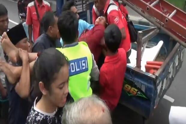 Minibus Hantam Pagar Rumah di Pasuruan, Satu Kritis dan Dua Luka-luka